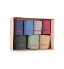 Caja con 7 calcetines de caña alta bicolor con los días de la semana